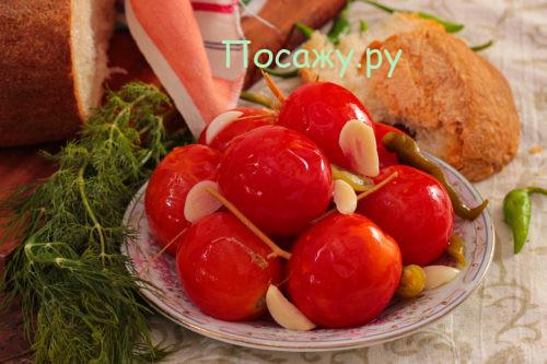 Красные помидоры квашеные на зиму в кастрюле